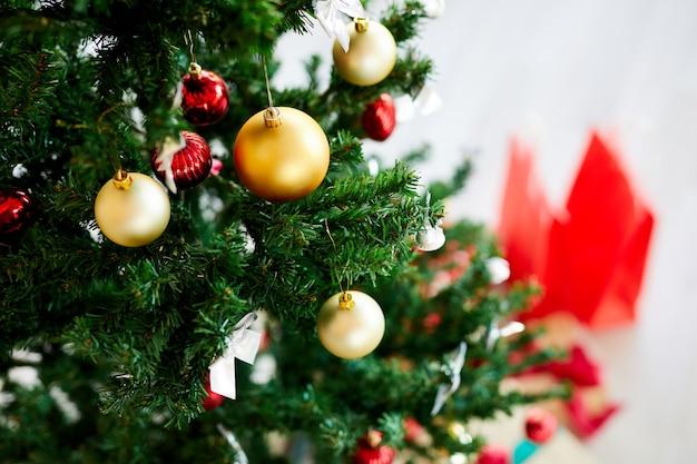 Bolas en las ramas, árbol de navidad decorado closeup