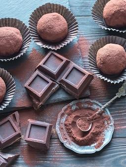 Bolas de ron con cacao en polvo y rodajas de chocolate