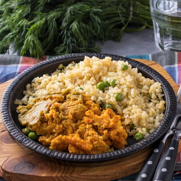 Las bolas de zanahoria se adornan con bulgur y guisantes verdes. comida vegana saludable.