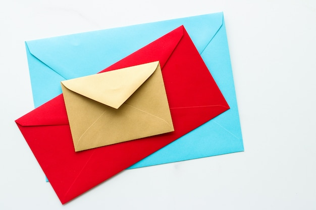 Boletín de comunicación y sobres de concepto de negocio en mensaje de fondo de mármol