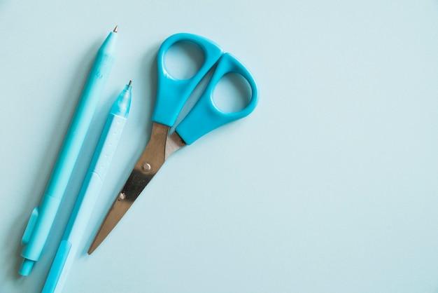 Bolígrafo azul lápiz y tijeras