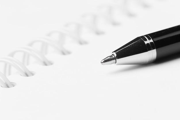 Bolígrafo y cuaderno