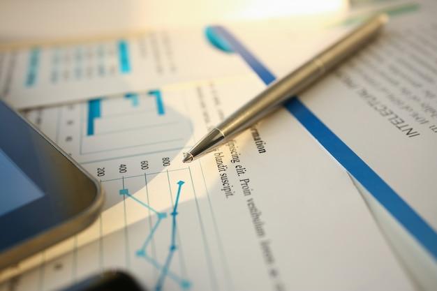 Bolígrafo de documentos de estadísticas financieras