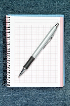 Bolígrafo. en la pared del cuaderno.