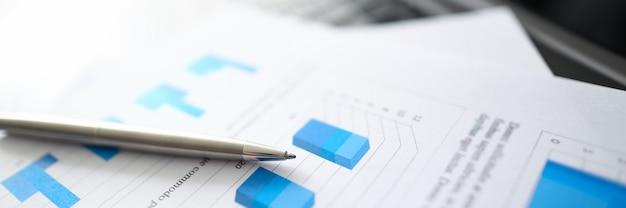 Un bolígrafo plateado se encuentra en documentos con