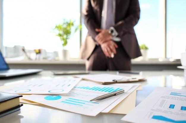 Bolígrafo plateado en papel importante en la mesa de oficina