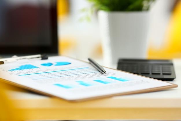 Bolígrafo plateado sobre papel de estadísticas importantes recortado en la almohadilla