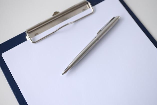 Bolígrafo en portapapeles con primer plano de documento en blanco. concepto de papeleo