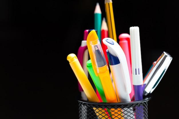Bolígrafos y lápices de colores