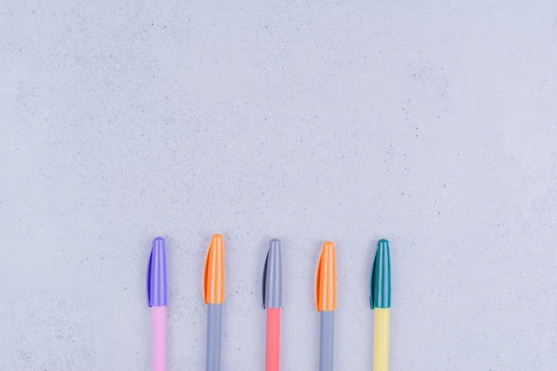 Bolígrafos multicolores para colorear mandala en gris.