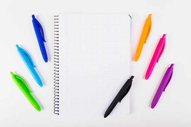 Bolígrafos multicolores con bloc de notas