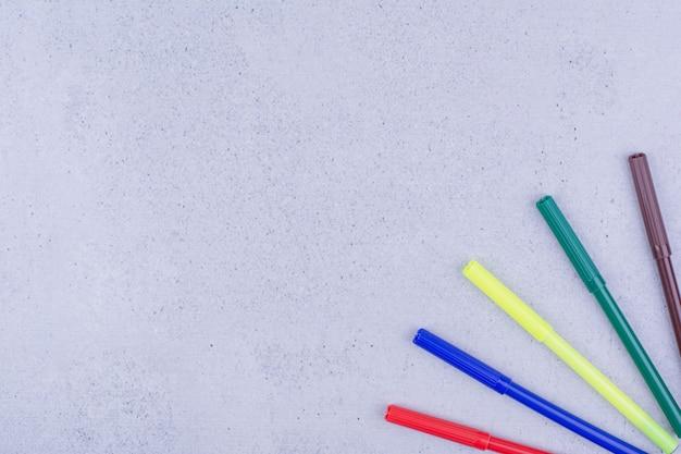 Bolígrafos multicolores para mandala aislado en superficie gris
