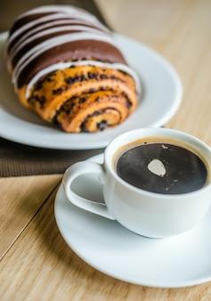 Bollo de chocolate con taza de café