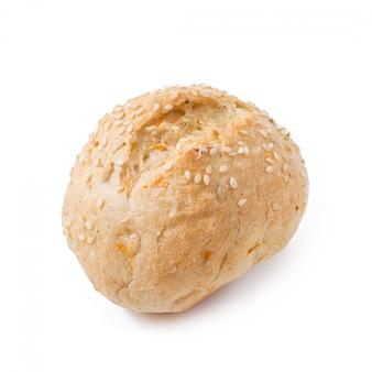 Bollo de grano dietético pequeño con salvado aislado sobre un fondo blanco.