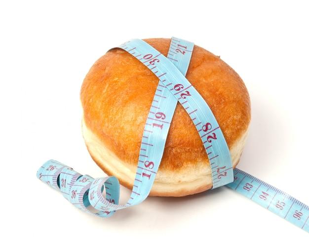 Bollo para la hamburguesa con cinta métrica aislado