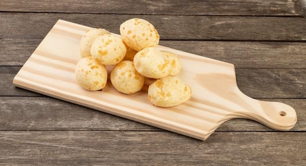 Bollo de queso típico brasileño sobre una tabla de madera.
