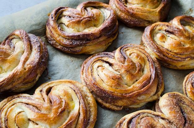 Bollos de canela fragantes frescos al horno. pasteles caseros tradicionales.