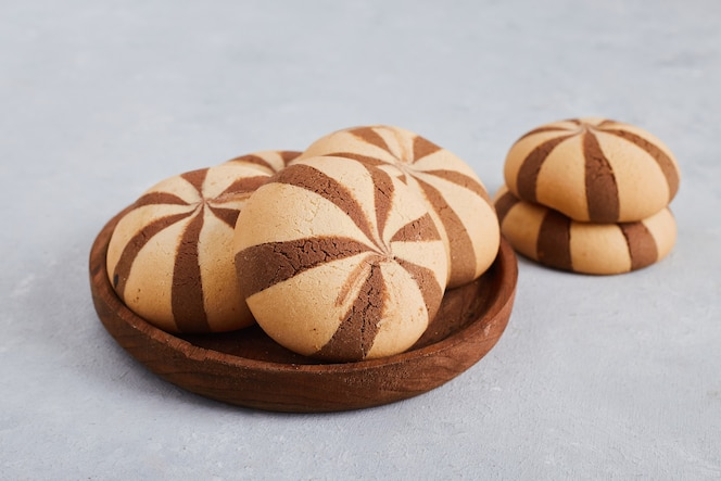 bollos de galleta de vainilla y cacao en bandeja de madera.