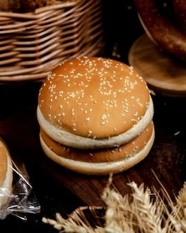 Bollos de hamburguesa con sésamo encima