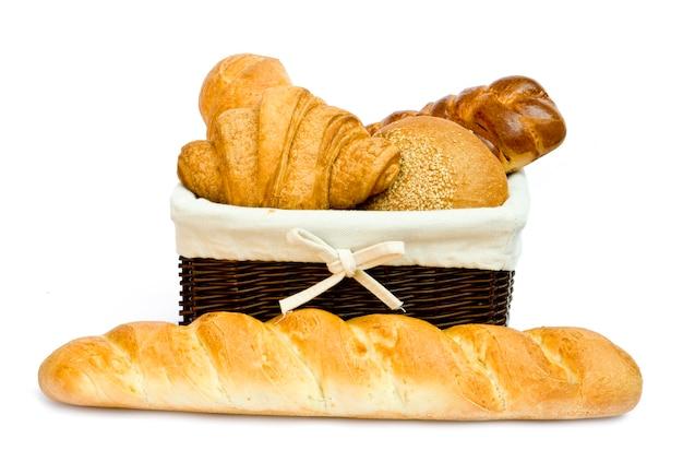 Bollos de pan fresco en una canasta en blanco