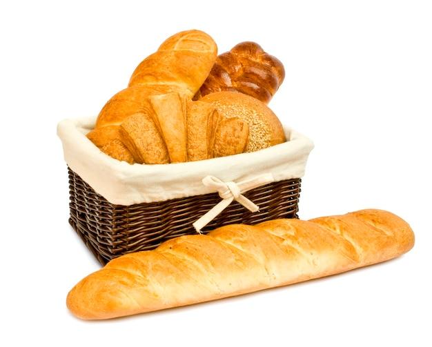 Bollos de pan fresco en una canasta en whitete