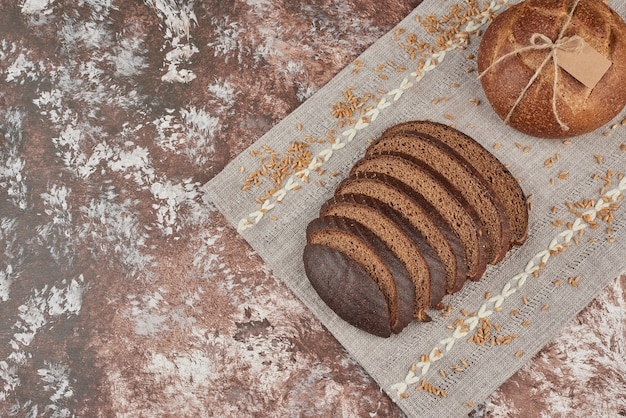 Bollos de pan con granos de trigo.