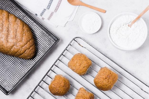 Bollos y pan con harina en polvo