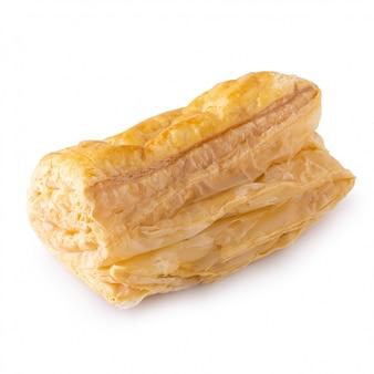 Bollos de la pasta de hojaldre aislados sobre el fondo blanco.