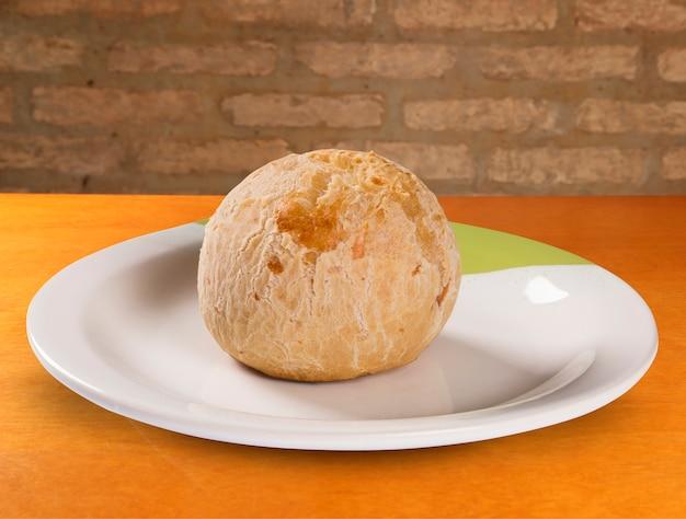 Bollos de queso brasileño. pao de queijo.