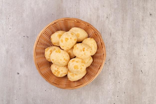 Bollos de queso típicos brasileños en una cesta, vista superior.