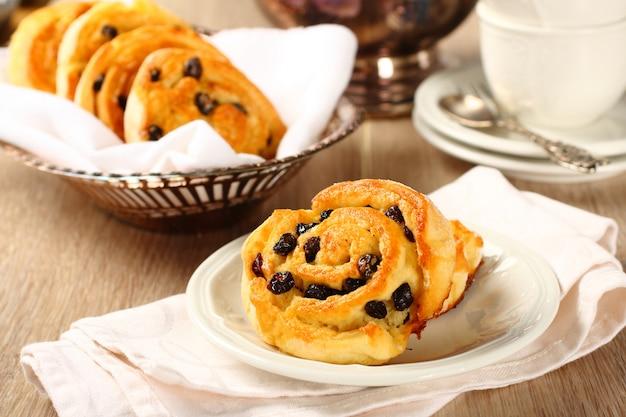 Bollos de remolino dulce sin gluten con pasas para el desayuno
