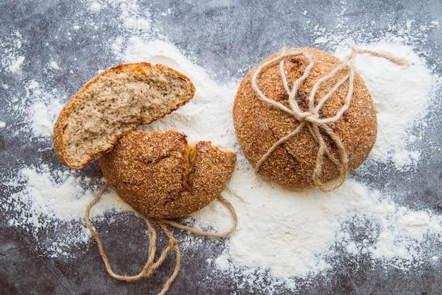Bollos de trigo integral en la vista superior de la mesa