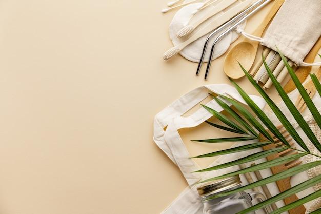 Bolsa de algodón, recipiente de bambú, frasco de vidrio, cepillos de dientes de bambú, cepillo para el cabello y pajitas en color, plano.