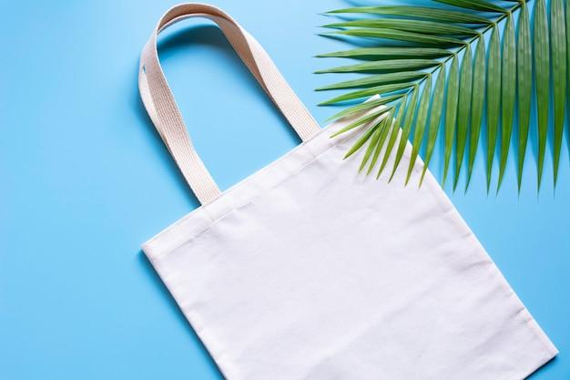 La bolsa de asas de tela de lona blanca. mockup de compras de tela con espacio de copia.