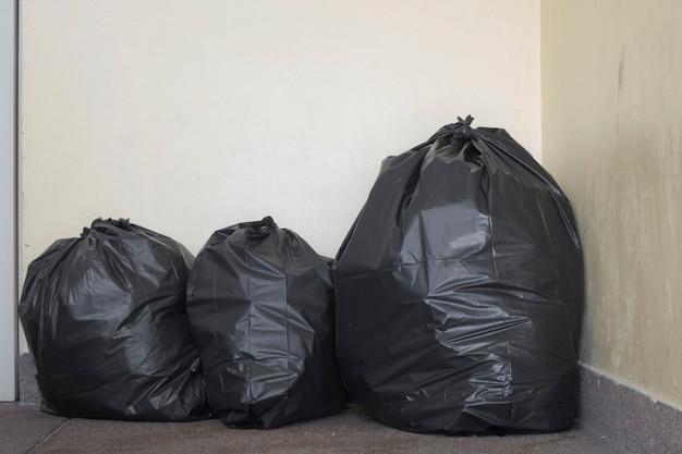 Bolsa de basura en el piso.