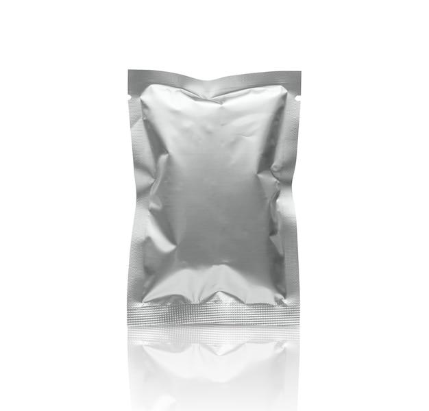 Bolsa de bolsita de papel de embalaje metálico plateado en blanco aislado sobre fondo blanco con trazado de recorte
