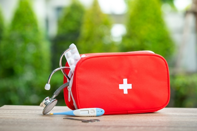Bolsa de botiquín de primeros auxilios en exterior.