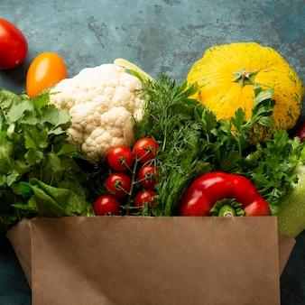 Bolsa de comestibles con verduras