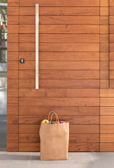 Bolsa de comida entregada en la puerta de una persona.