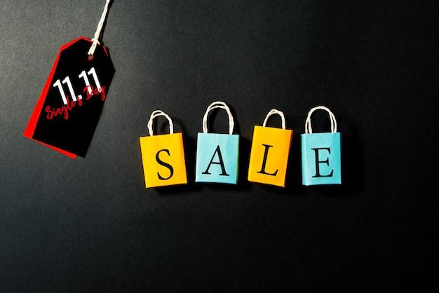 Bolsa de compras con etiqueta de precio, venta de fin de año, 11.11 concepto de venta de día de solteros