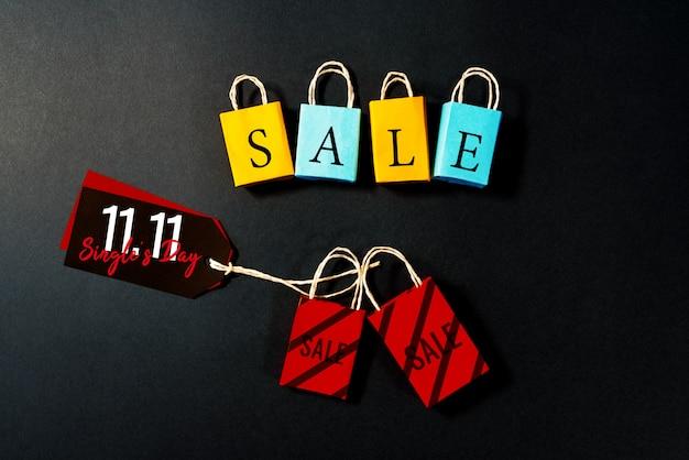 Bolsa de compras y etiqueta de precio, venta de fin de año, 11.11 concepto de venta de día de solteros