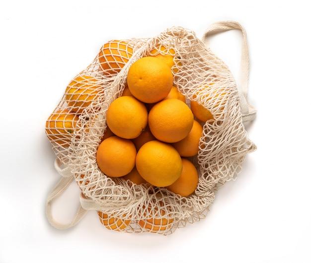 Bolsa de compras con naranjas frescas de temporada