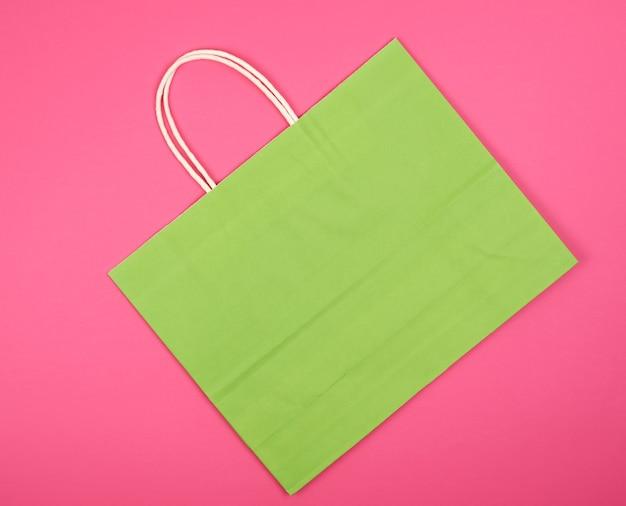 Bolsa de compras de papel verde vacía con un asa