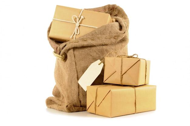 Bolsa de correo llena de paquetes de papel marrón