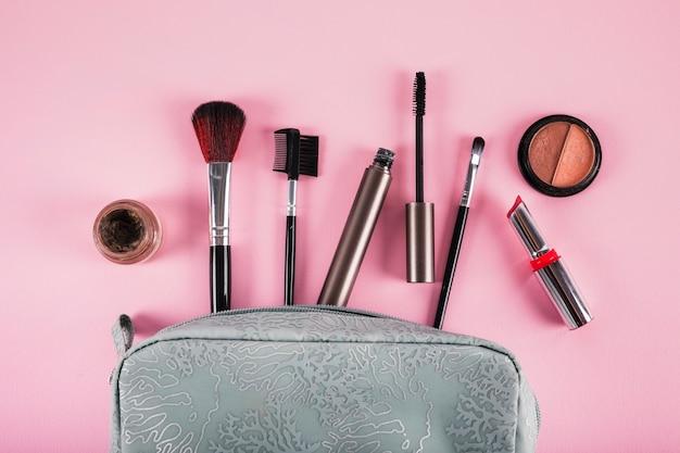 Bolsa de cosméticos con lápiz labial; máscara; delineador de ojos y pinceles