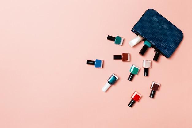 Bolsa de cosméticos para mujer con manicura y pedicura, barnices de gel brillante en rosa con copyspace r y texto. trabajo de uñas plano