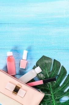 Bolsa de cosméticos sobre un fondo azul.