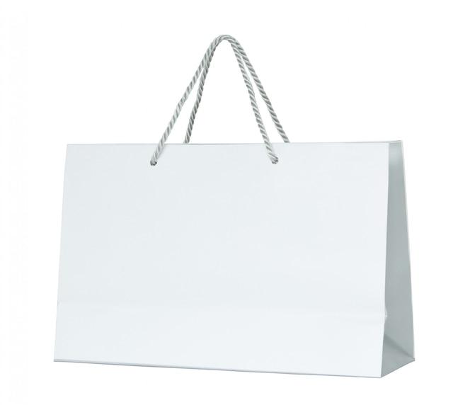 Bolsa de papel blanco aislada en blanco con trazado de recorte