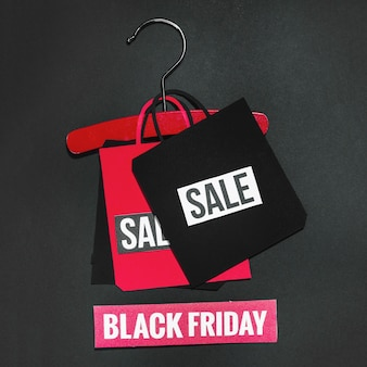 Bolsa de papel con cartel de venta en suspensión roja