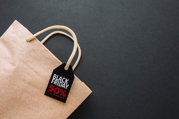 Bolsa de descuento de viernes negro en plano